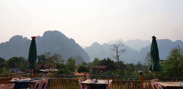 Aussicht vom Green Restaurant auf die bergige Landschaft von Vang Vieng