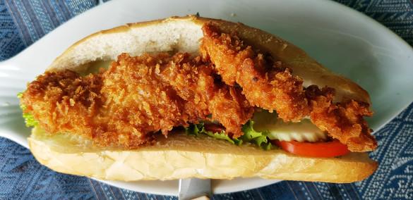 Chicken Sandwich mit knusprigem Hähnchen und Salat im Green Restaurant, Vang Vieng