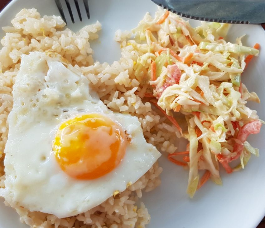 Das Frühstück im Jennin Backpackers Guesthouse - Spiegelei auf Reis mit Krautsalat