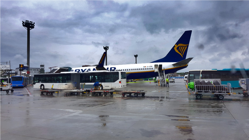Ryanair Flugzeug am Frankfurter Flughafen unter grauen Wolken im Regen.
