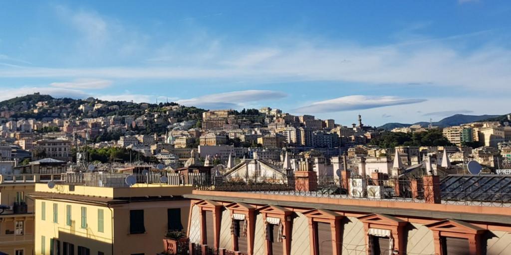 Blick auf die bergige Skyline von Genua, Ligurien in Italien