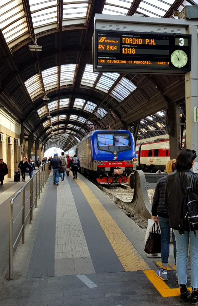 Blick auf Gleis drei am Hauptbahnhof Milano Centrale. Die digitale Zeigt einen Zug nach Turin an.