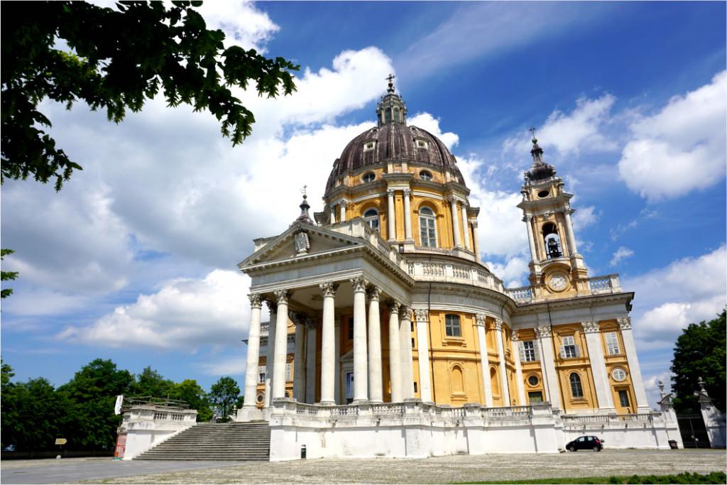Blick auf die Wallfahrtskirche Supgera in Turin bei strahlend blauem Himmel.